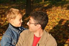 Pai com criança. outono Fotos de Stock Royalty Free