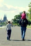 Pai com dois miúdos imagens de stock royalty free
