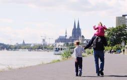 Pai com dois miúdos Fotografia de Stock Royalty Free