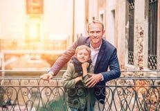 Pai com estada do filho na ponte Venetian foto de stock royalty free