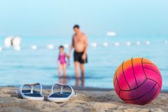 Pai com a filha na praia do verão fotos de stock royalty free