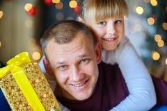 Pai com a filha pequena amado imagem de stock