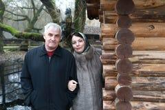 Pai com a filha perto da cabana rústica de madeira foto de stock
