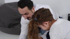Pai com a filha que joga com um construtor vídeos de arquivo