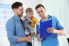Pai com o doutor de visita da crian?a fotos de stock