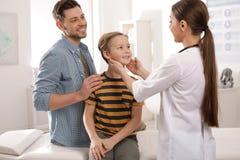 Pai com o doutor de visita da crian?a imagem de stock