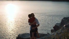 Pai com o filho na costa do lago Fotos de Stock