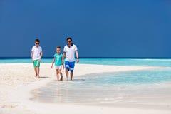 Pai com os miúdos na praia Foto de Stock
