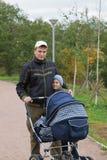 Pai com os miúdos no parque Imagens de Stock Royalty Free