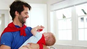 Pai considerável que joga com seu bebê filme