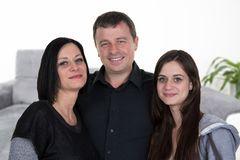 Pai da mãe da família da casa e filha do adolescente na casa fotografia de stock royalty free