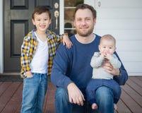 Pai da raça misturada e seus dois filhos em Front Porch foto de stock royalty free
