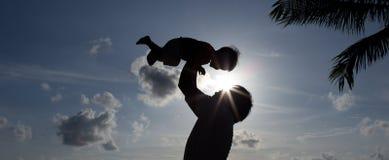 Pai da silhueta com filho Fotos de Stock Royalty Free