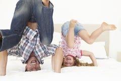 Pai And Daughter Playing junto no quarto Imagens de Stock