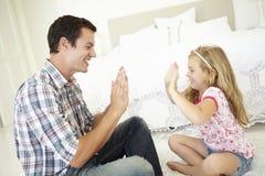 Pai And Daughter Playing junto no quarto Imagens de Stock Royalty Free