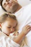 Pai And Daughter Sleeping na cama Foto de Stock Royalty Free
