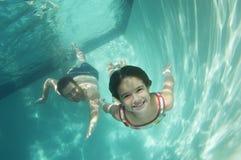 Pai And Daughter Swimming subaquático Foto de Stock Royalty Free