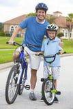 Pai de família e de criança, de pai & de filho do menino ciclagem Fotografia de Stock Royalty Free