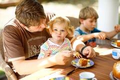 Pai de meia idade novo que alimenta a menina pequena bonito da criança no restaurante Menino da criança que come no fundo Saudáve foto de stock royalty free
