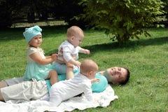 Pai de muitas crianças Fotografia de Stock Royalty Free