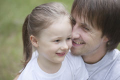 Pai de sorriso Cuddling Daughter Fotografia de Stock
