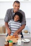 Pai de sorriso e seu pão da estaca do filho Imagens de Stock Royalty Free