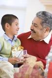 Pai de surpresa do menino com presente de Natal fotos de stock