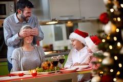 """Pai do †do tempo do Natal """"e mãe das surpresas das crianças com Ch Imagens de Stock Royalty Free"""