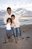 Pai do African-American e duas crianças na praia imagem de stock royalty free