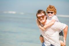 Pai do moderno com barba e filho de cabelo vermelho imagens de stock royalty free