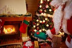 Pai do Natal que entrega o presente Foto de Stock Royalty Free