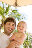 Pai e bebê felizes em férias Imagem de Stock Royalty Free