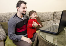 Pai e bebê no PC Imagens de Stock Royalty Free