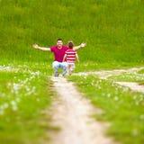 Pai e bebê que têm o divertimento no campo verde imagens de stock