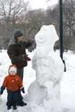 Pai e criança com boneco de neve Foto de Stock Royalty Free