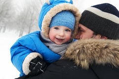 Pai e criança no inverno Foto de Stock Royalty Free