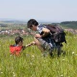Pai e criança no prado Fotos de Stock Royalty Free
