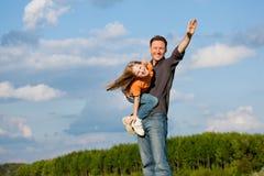 Pai e criança que jogam junto fotos de stock