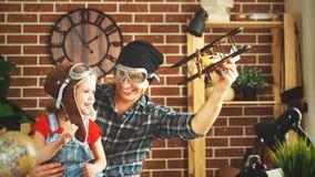 Pai e criança que jogam no sonho dos pilotos da viagem imagens de stock royalty free