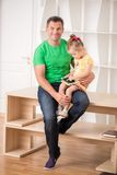 Pai e criança que usa a tabuleta eletrônica em casa Imagens de Stock
