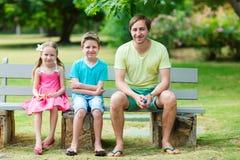Pai e crianças exteriores fotos de stock