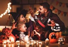 Pai e crianças felizes da mãe da família nos trajes e na composição o fotos de stock