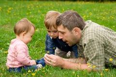 Pai e crianças no jardim Foto de Stock Royalty Free