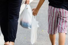 Pai e crian?a Carry Plastic Bags imagens de stock