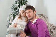Pai e filha com o presente no Natal Fotos de Stock Royalty Free