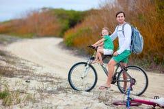Pai e filha em uma bicicleta Imagem de Stock Royalty Free