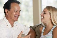 Pai e filha junto em casa fotos de stock royalty free