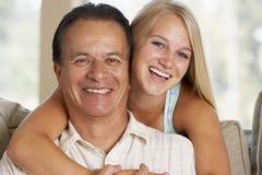 Pai e filha junto em casa imagem de stock