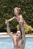Pai e filha na piscina Imagens de Stock