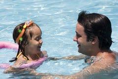 Pai e filha na piscina Fotos de Stock